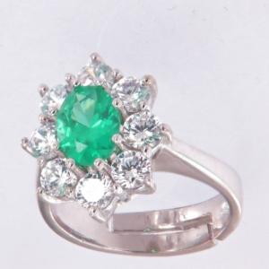 Anello contorno stile principessa con centrale colore smeraldo chiaro